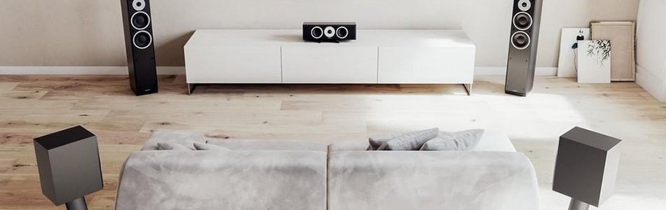 Een home cinema opstelling met surround speakers